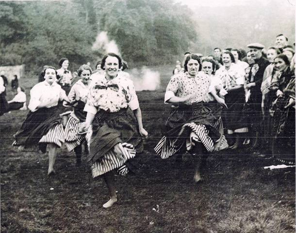 Fishwives Race for the Shawl 1930's Fisherrow Musselburgh